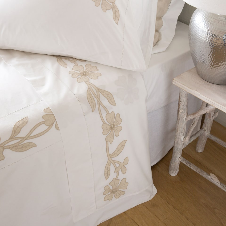 linge de lit percale broderie fleurs linge de lit lit zara home canada. Black Bedroom Furniture Sets. Home Design Ideas