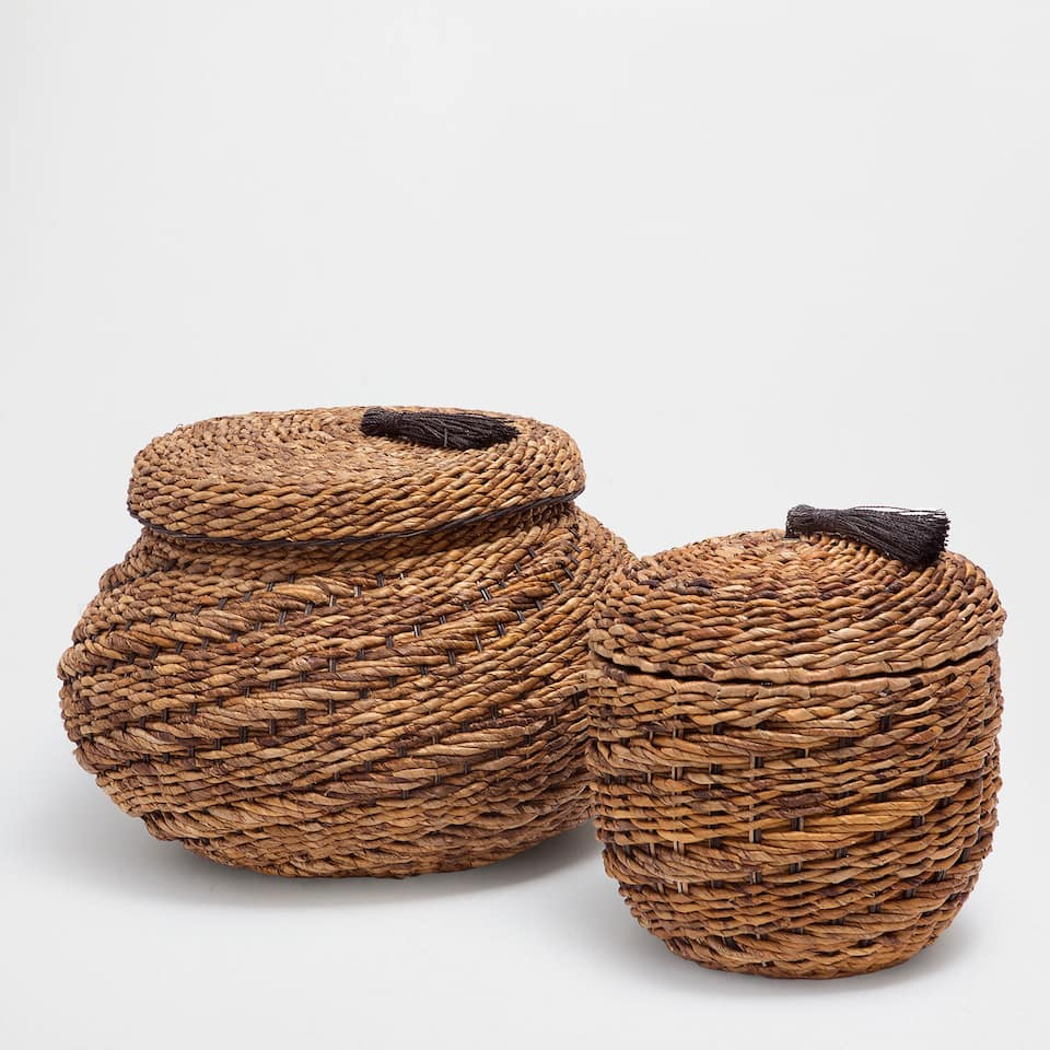 OVAL LARGE BASKET WITH A TASSEL ON THE LID