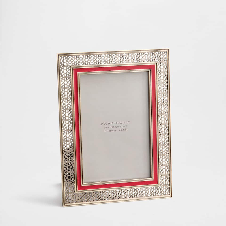 OPENWORK FRAME WITH A RED STRIP