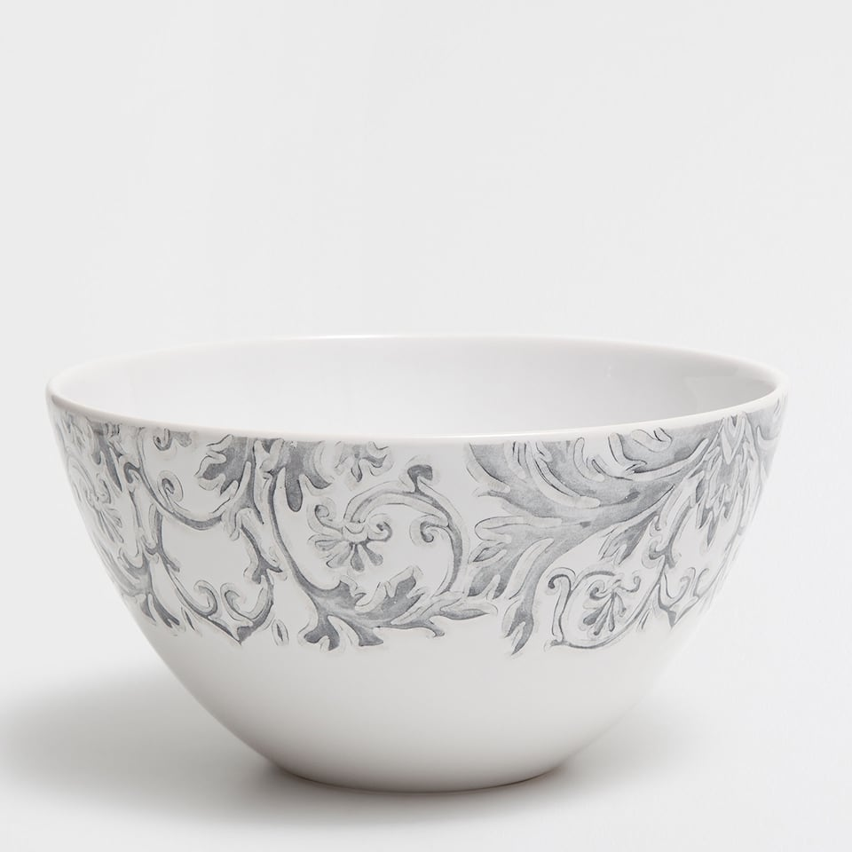 Salad bowl with a raised edge