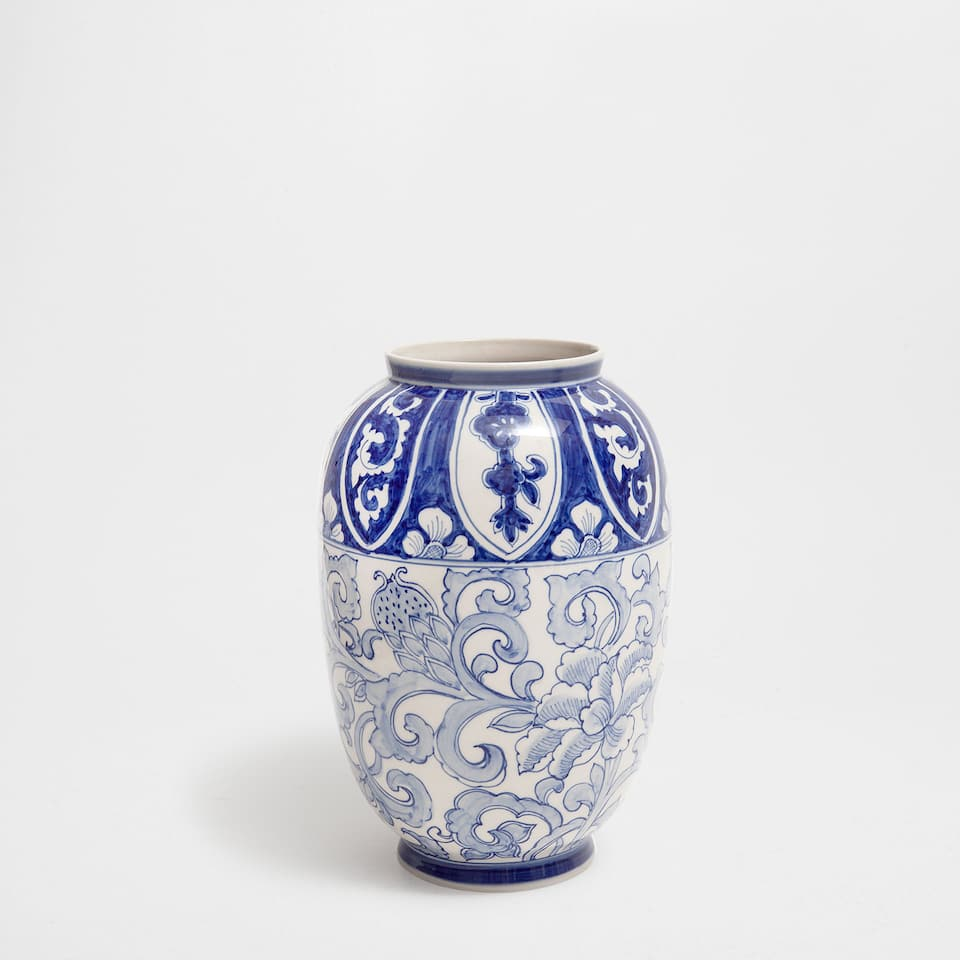 CERAMIC VASE WITH A BLUE DESIGN