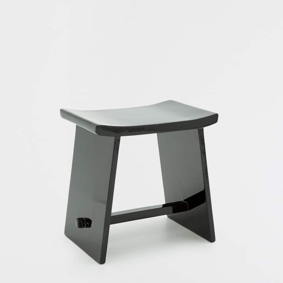 STOOL WITH A WAVY SEAT