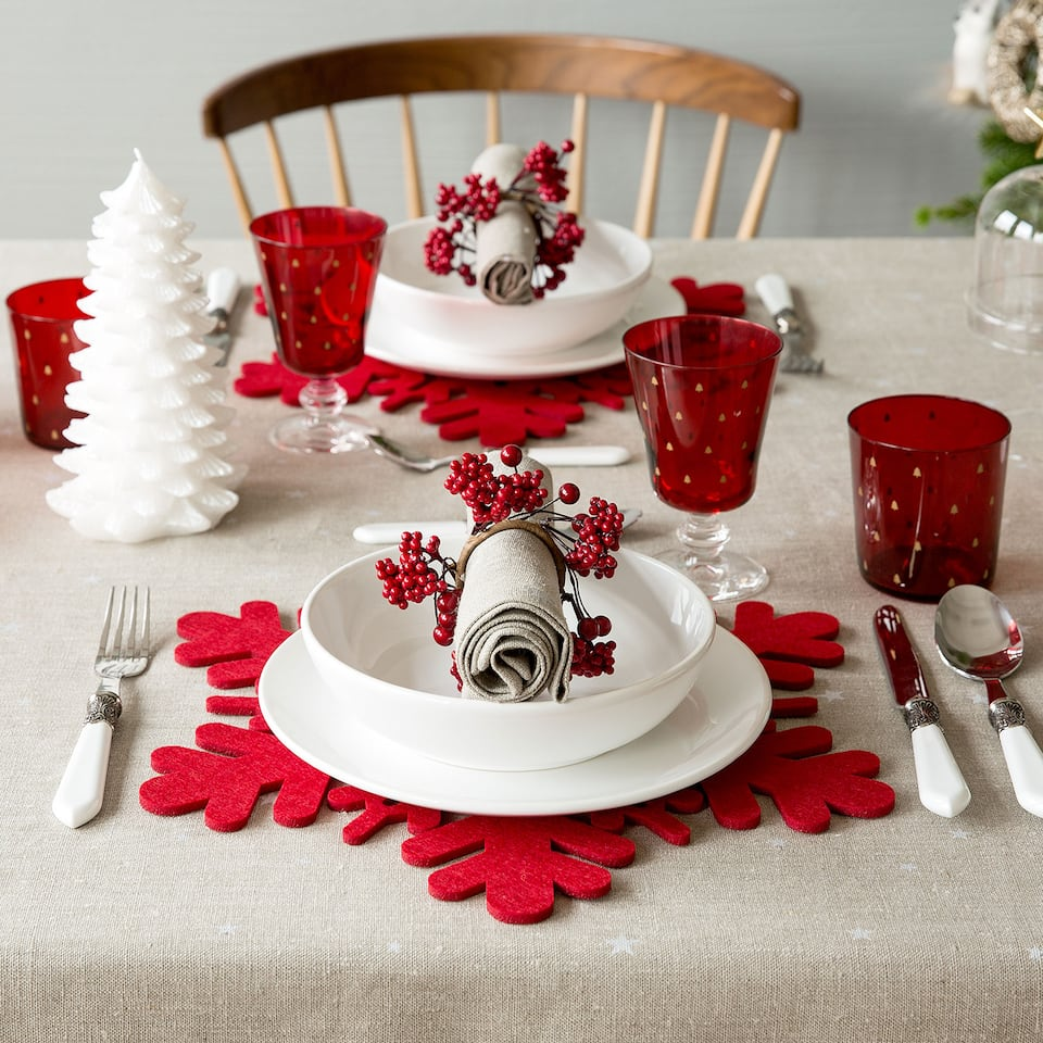 Подложка за хранене, червен филц във форма на снежинка