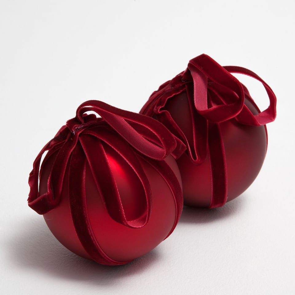 Red baubles with velvet bow (set of 2)