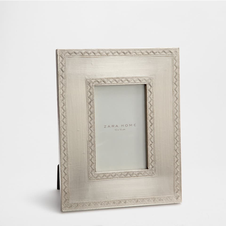 SILVER FRAME WITH A RAISED ZIGZAG