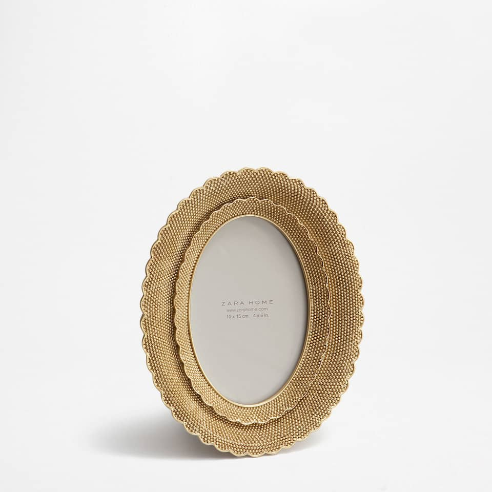 OVAL FRAME WITH GOLDEN DOTS