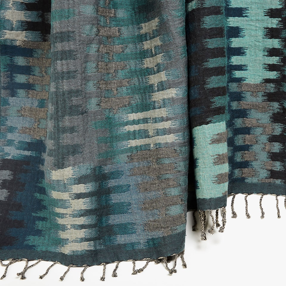 JACQUARD BLANKET WITH TRIBAL DESIGN