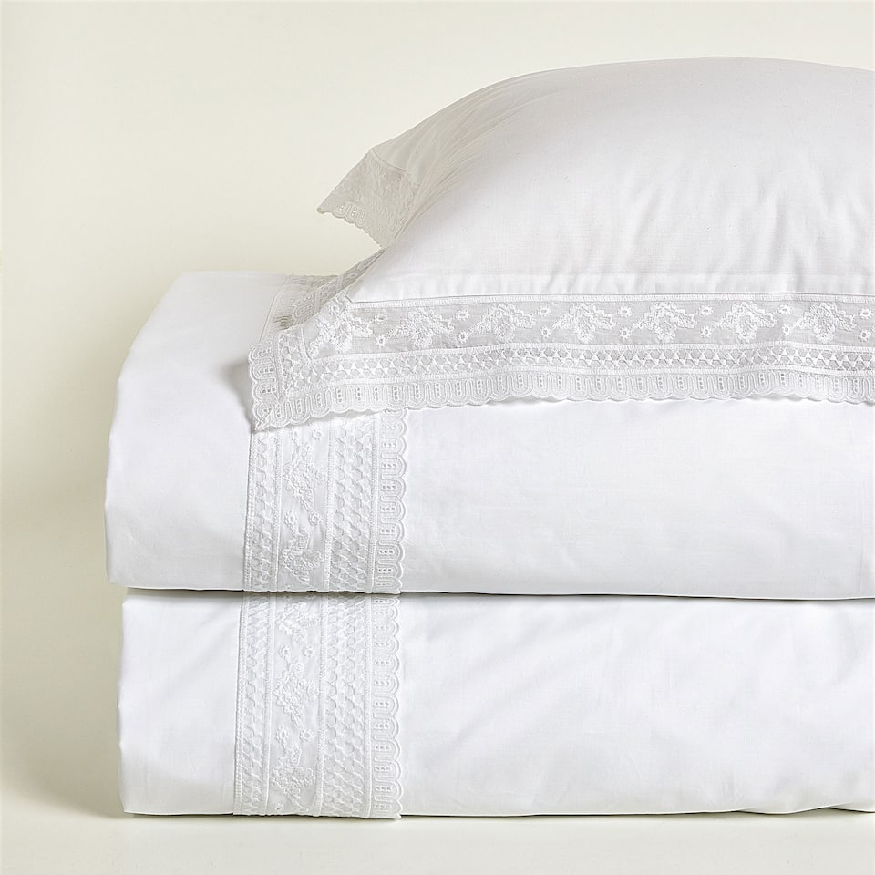 Duvet cover with lace trim