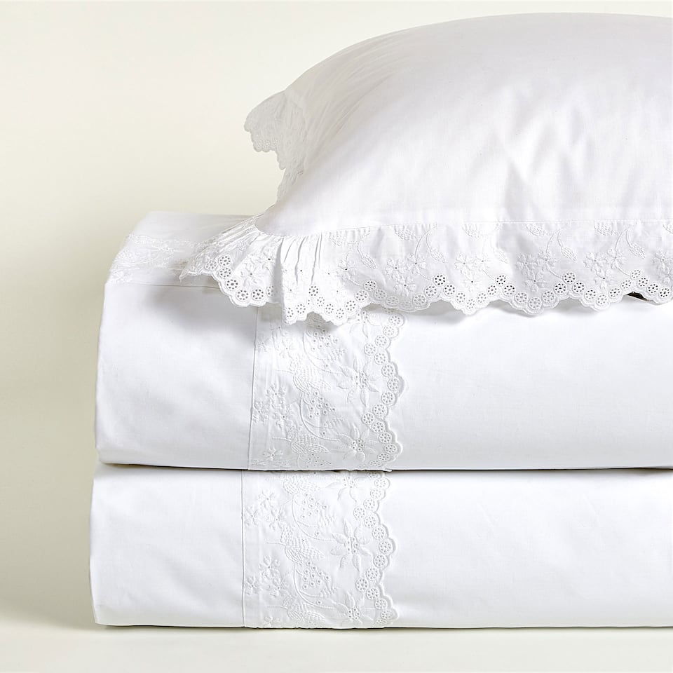 Duvet cover with scalloped ruffles