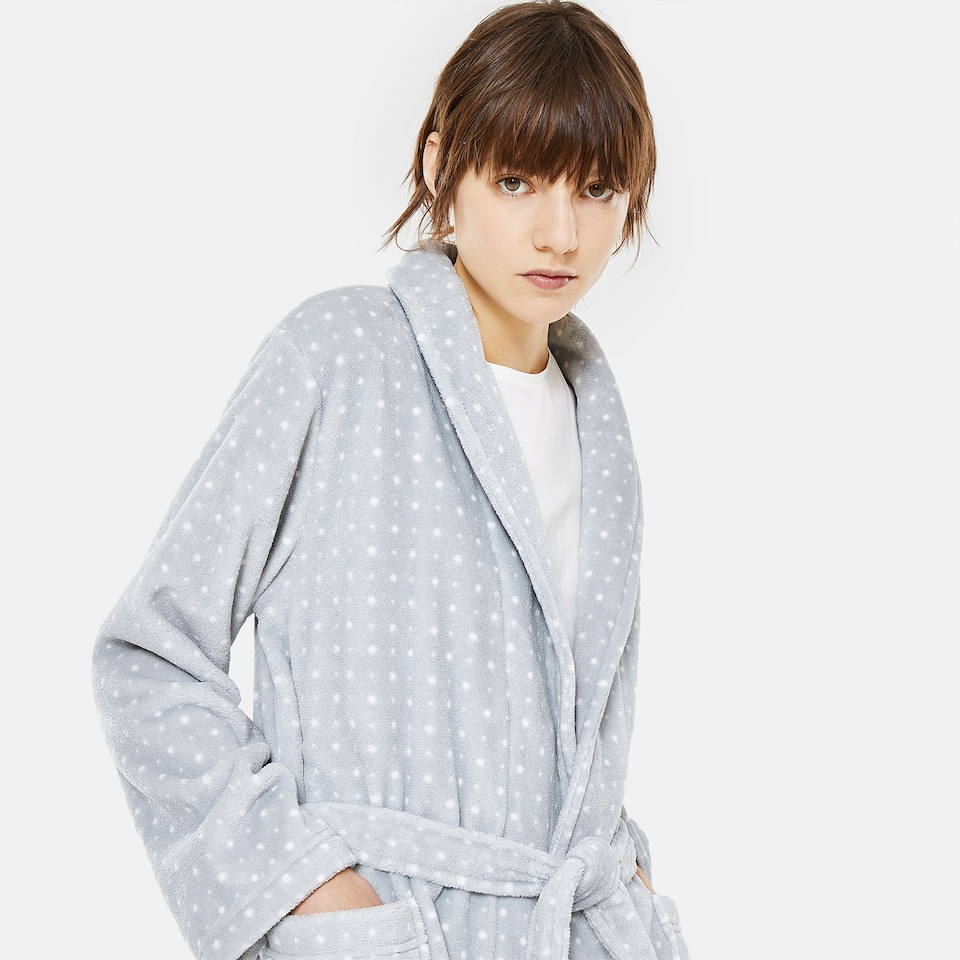 GREY FLEECE DRESSING GOWN WITH WHITE POLKA DOTS