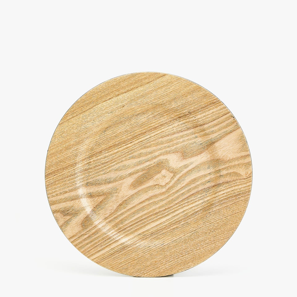 PLASTIC PLATE CHARGER WITH FAUX WOODEN FINISH