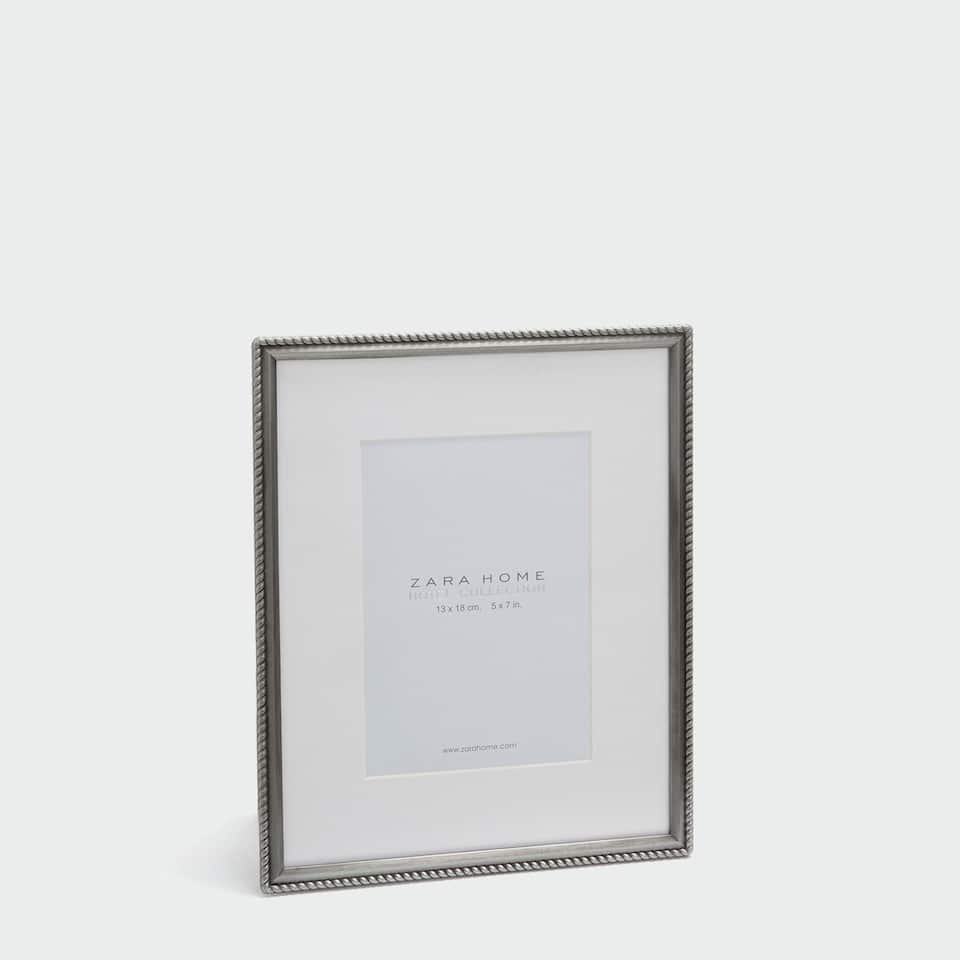 Metal frame with a rope-effect border