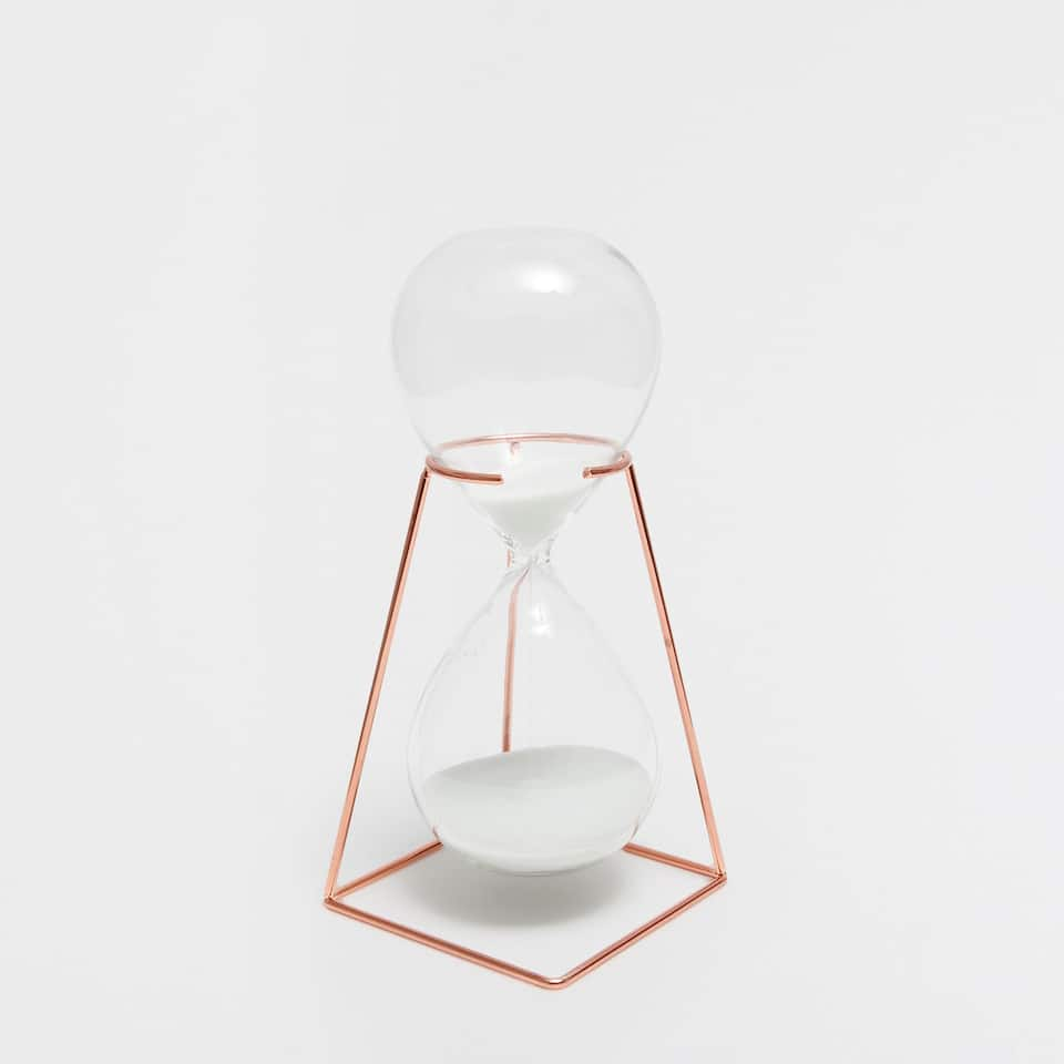 Hourglass with a copper metallic structure