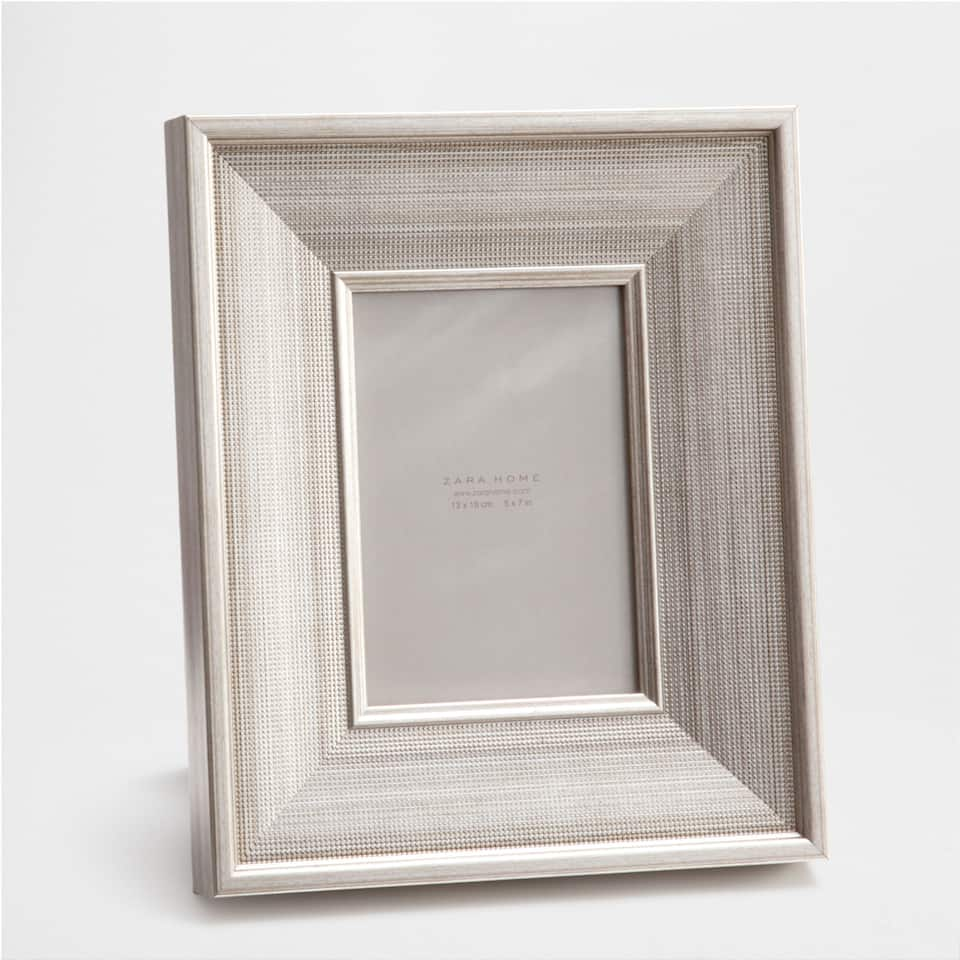 Wide silver mesh-effect frame
