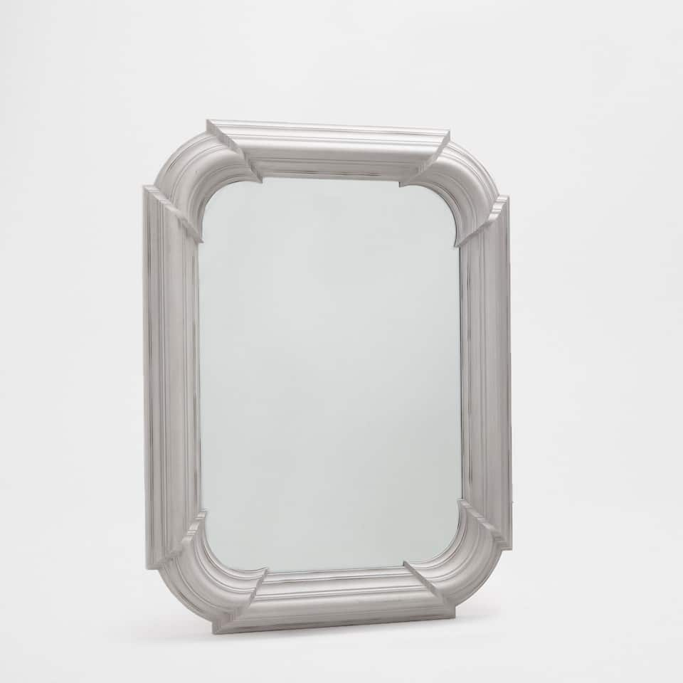 Rectangular mirror with rounded corners