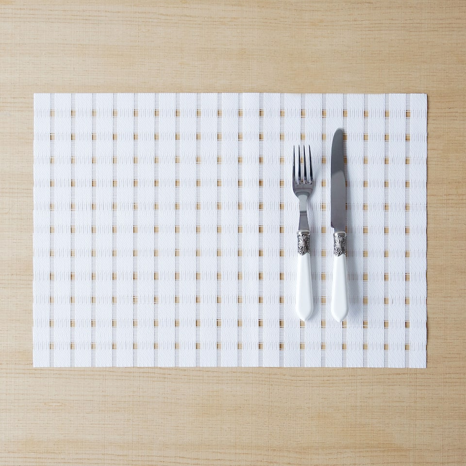 Plastic placemat with a checked texture (set of 2)