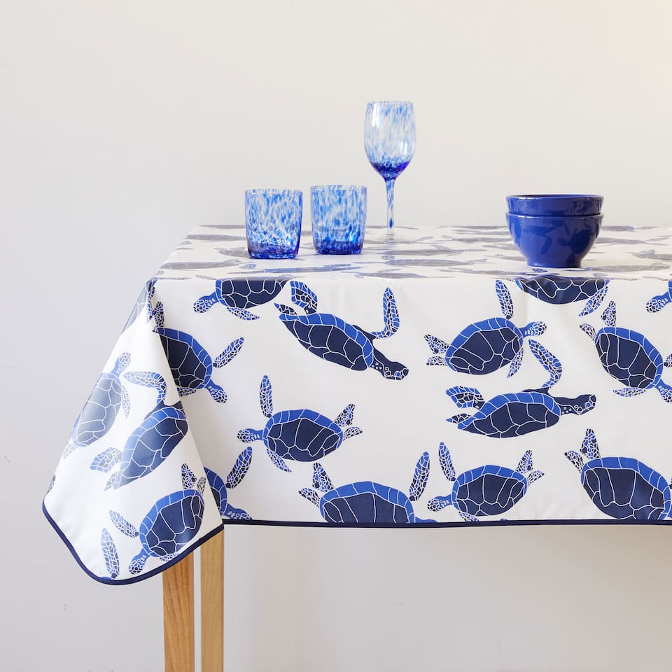 Blue turtle-print laminated tablecloth