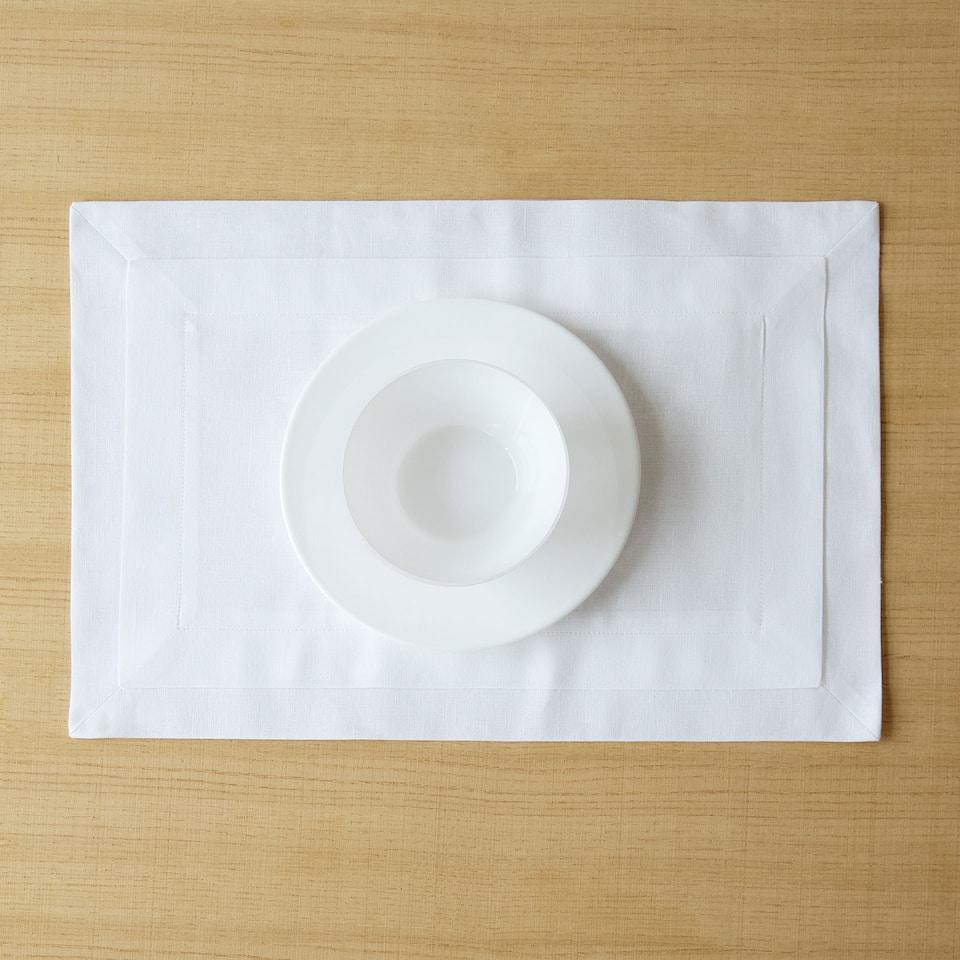 Dækkeserviet i hvidt dobbelt stof