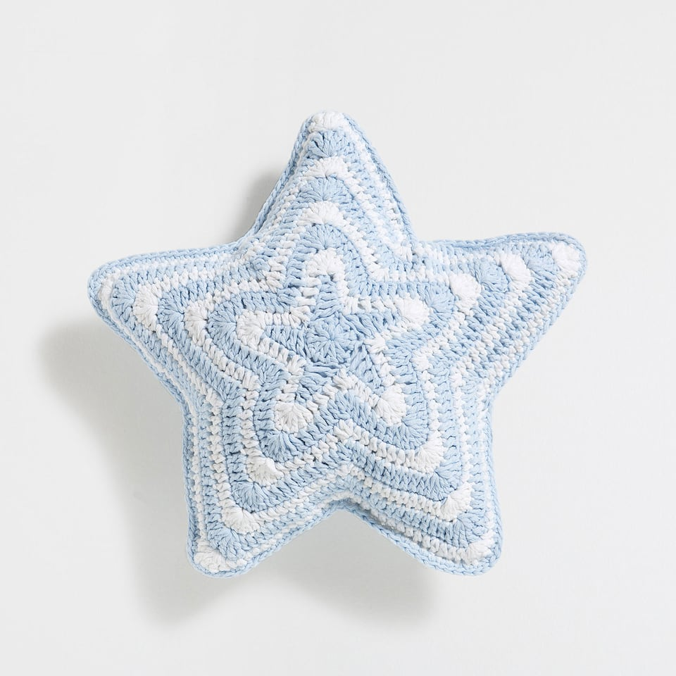 Star-shaped crochet cushion cover