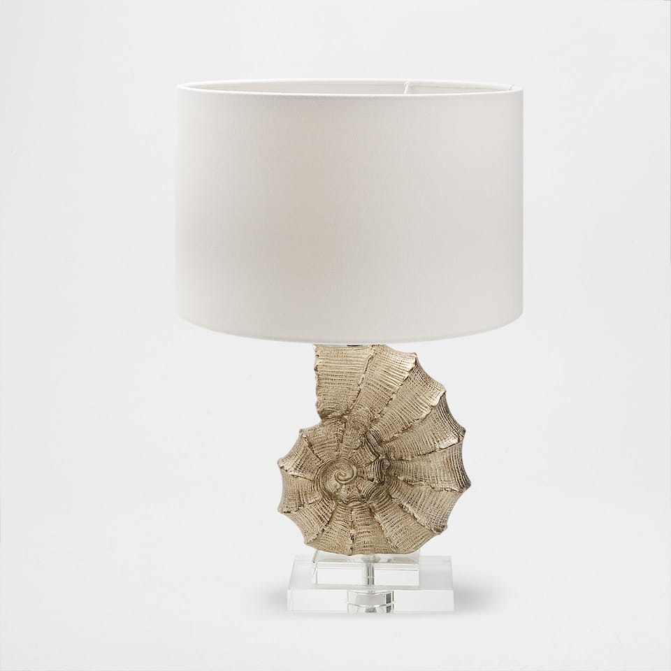 Shell-shaped lamp