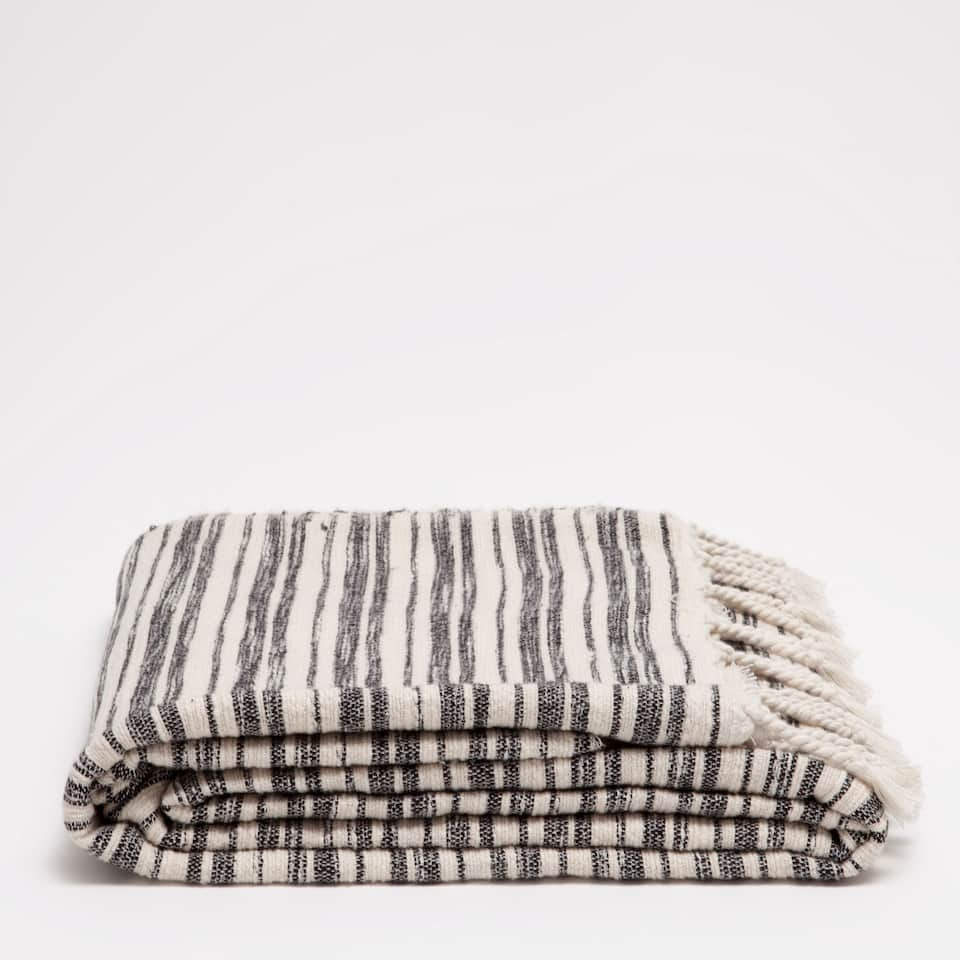 BLANKET WITH BLACK AND WHITE LINES