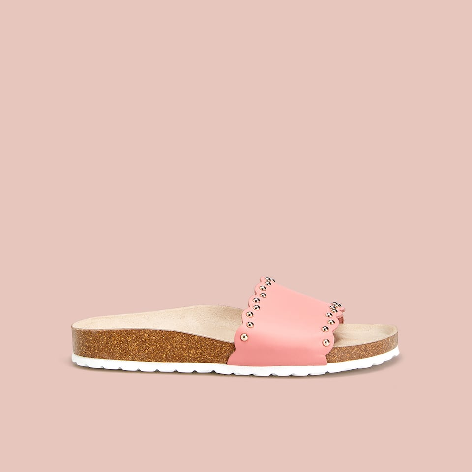 SLIDES WITH SCALLOPED EDGE AND STUDS