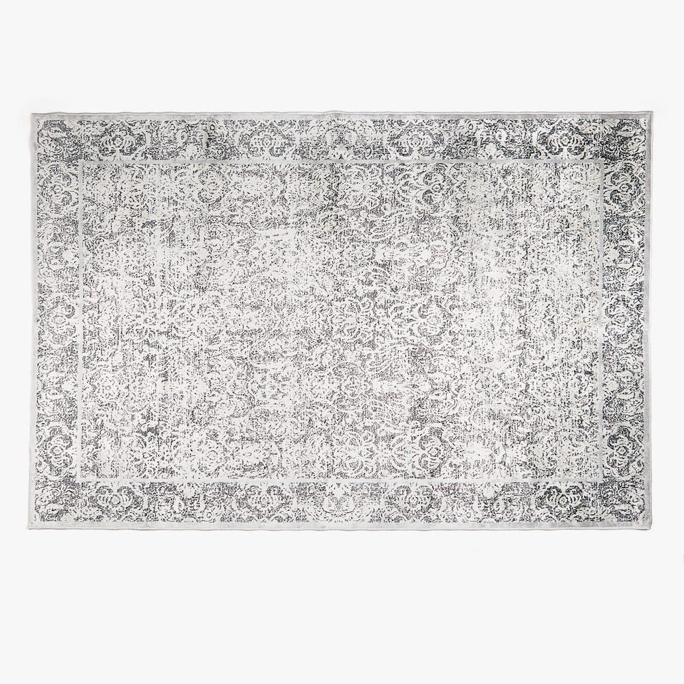 RUG WITH DECORATIVE DETAILS