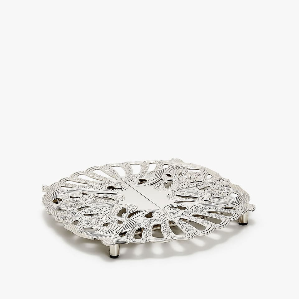 EXTENDIBLE TRIVET WITH LEAF FINISH