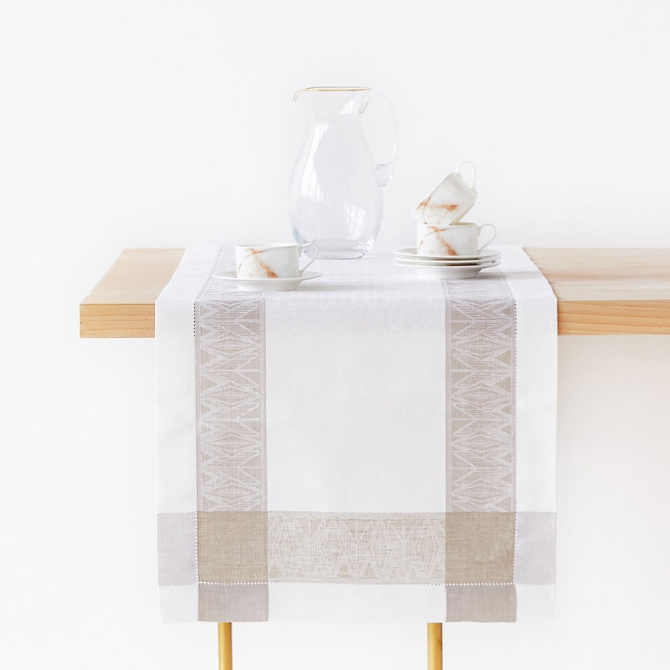 LINEN AND COTTON TABLE RUNNER WITH CONTRASTING GEOMETRIC BORDER
