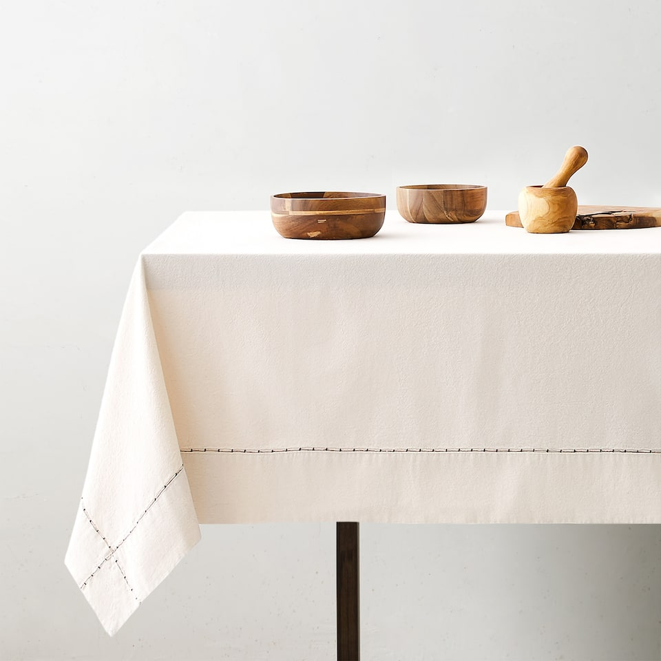 TABLECLOTH WITH EMBROIDERED DETAIL