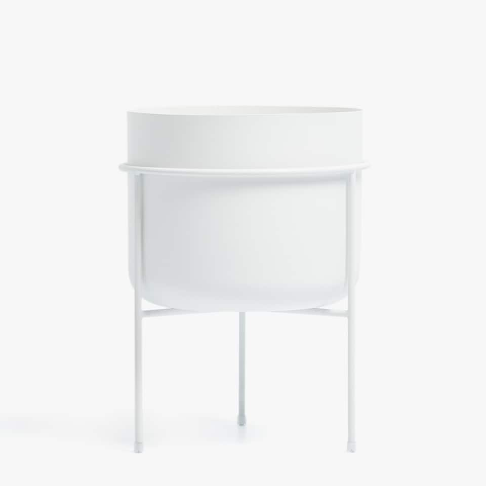 WHITE PLANTER WITH A METALLIC STRUCTURE