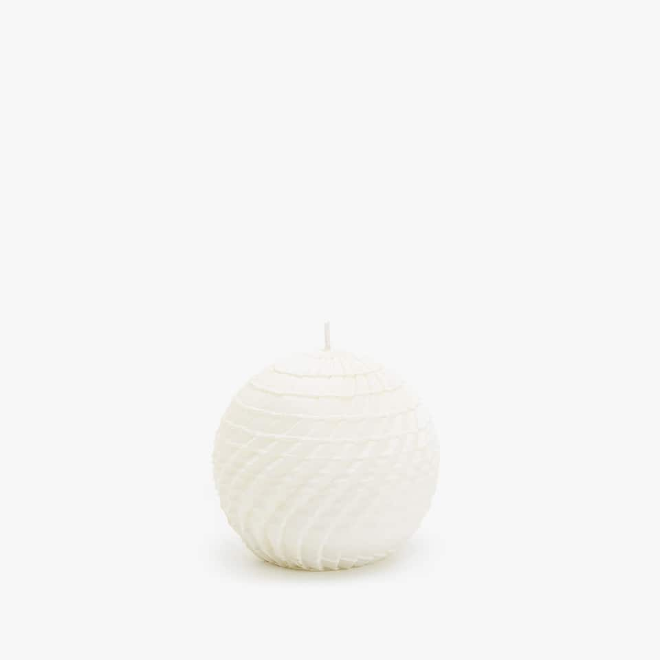 ROUND CANDLE WITH WAVY DESIGN