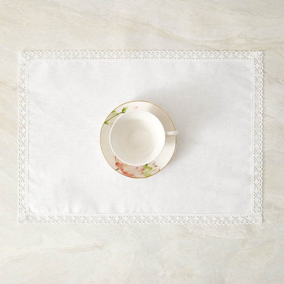 PLACEMAT WITH LACE TRIM