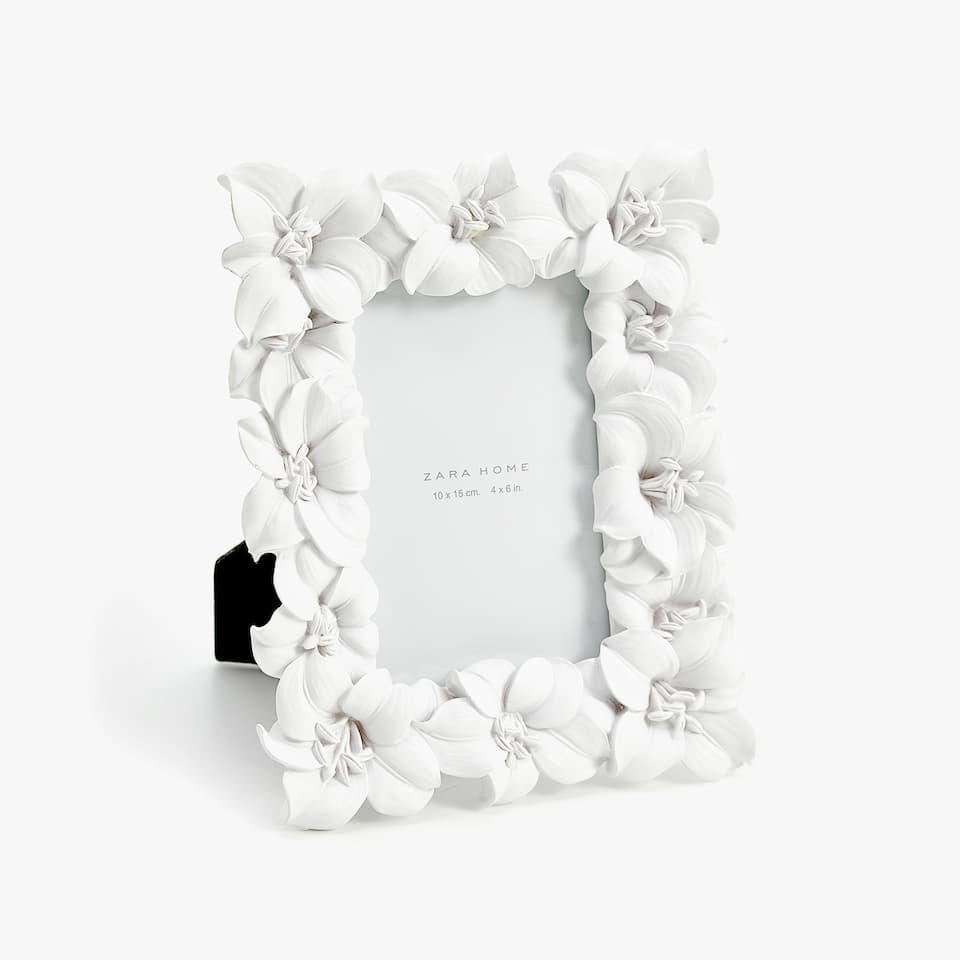 WHITE FLOWERS FRAME