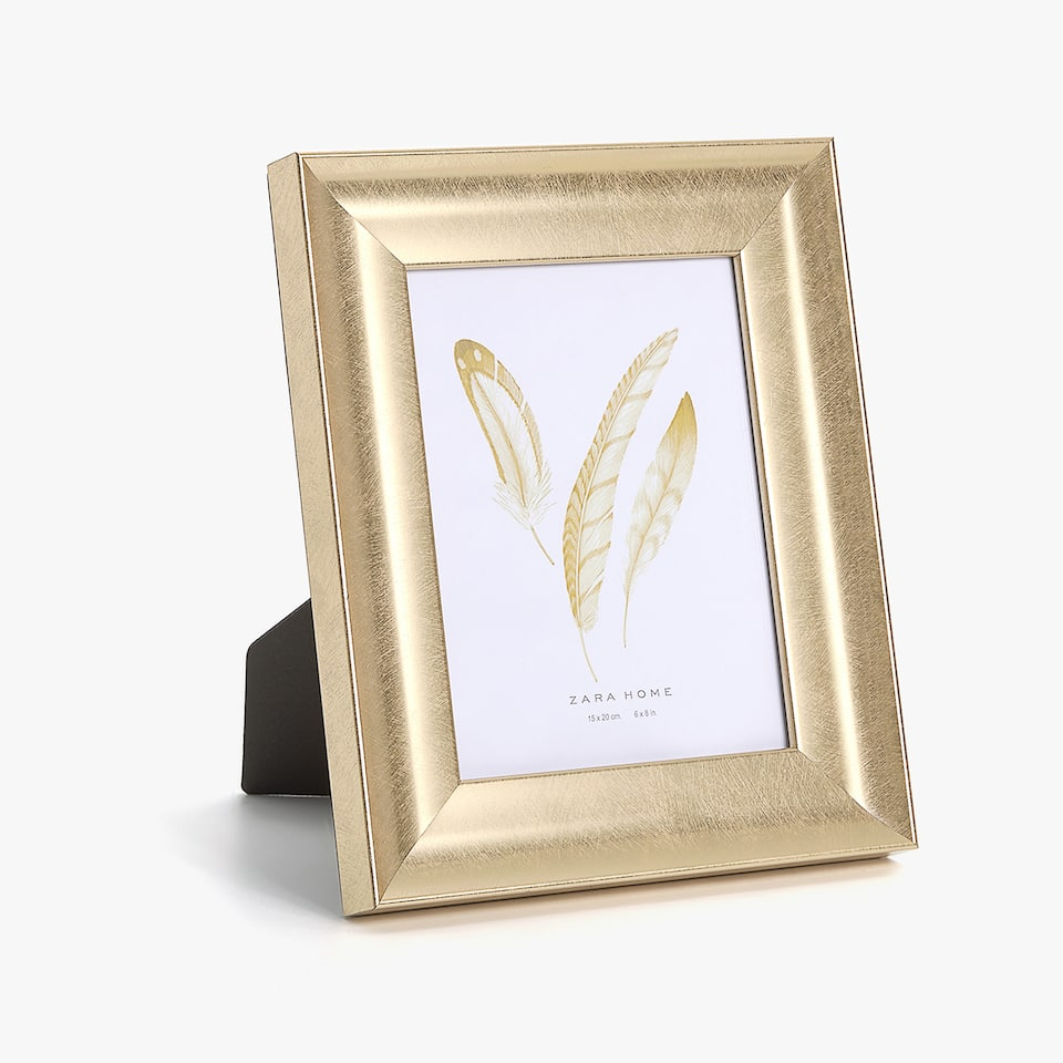 SCORED-EFFECT GOLD FRAME