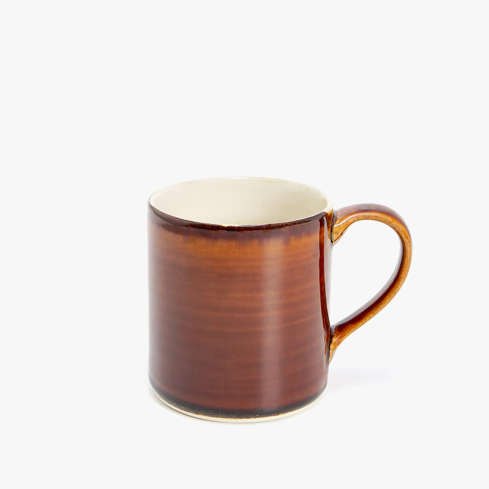 CARAMEL-COLOURED STONEWARE MUG