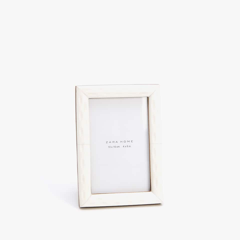 BONE COLOURED ENGRAVED-EFFECT FRAME