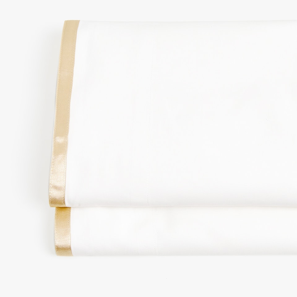 Sateen top sheet with line on edge