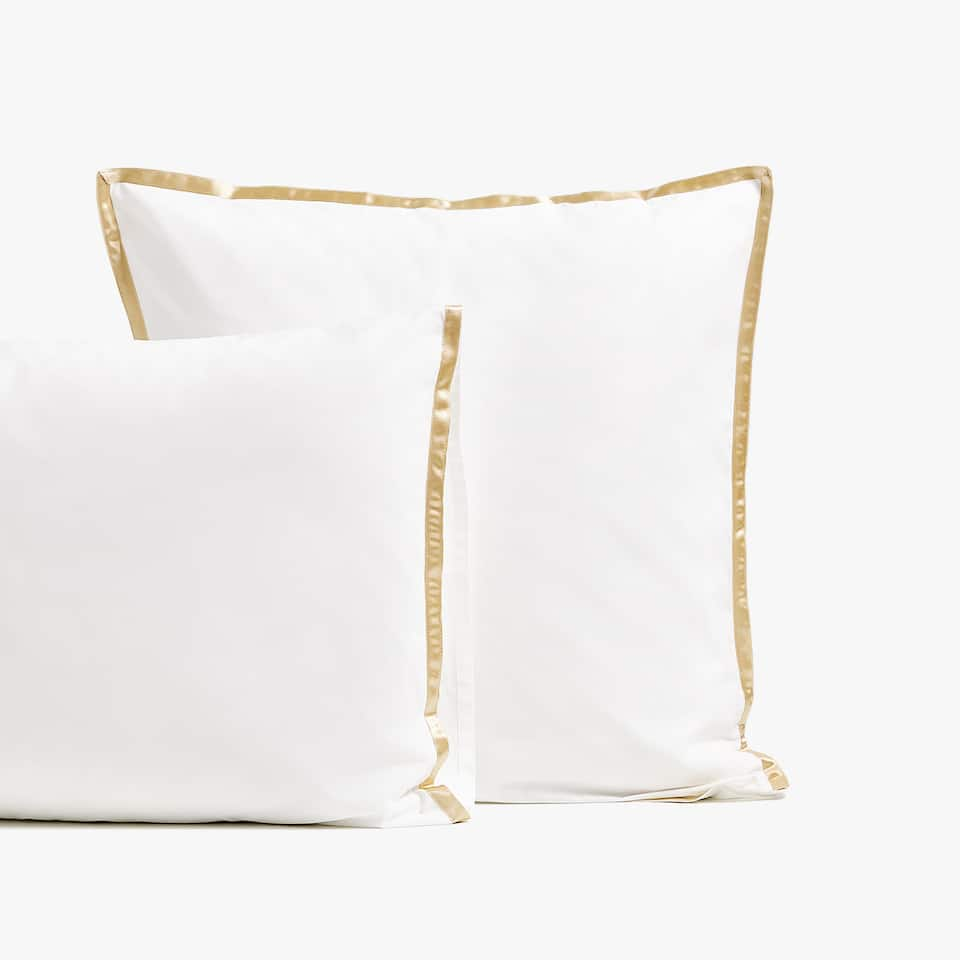 Sateen pillowcase with line on edge