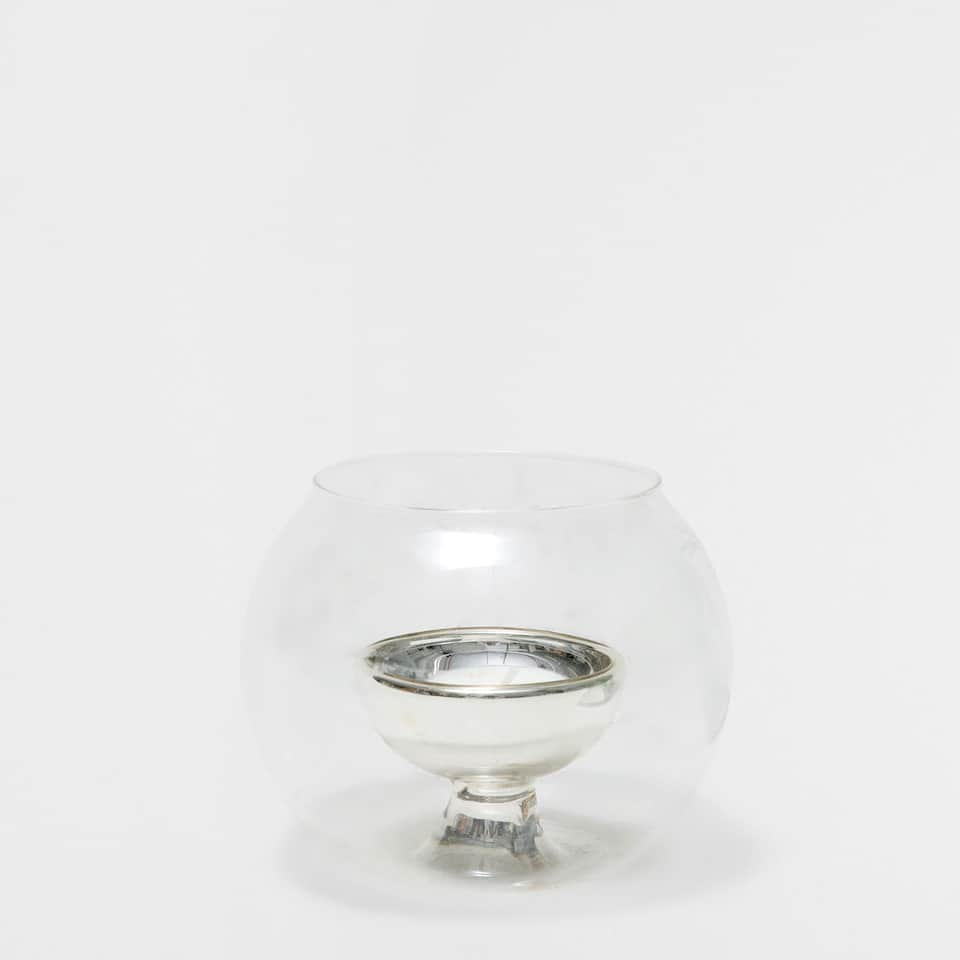 Tealight holder with silver-toned interior