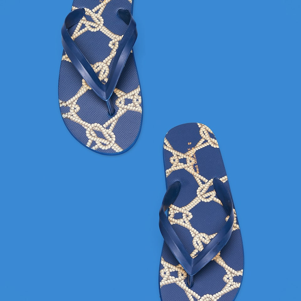 BEACH SANDALS WITH KNOT PRINT
