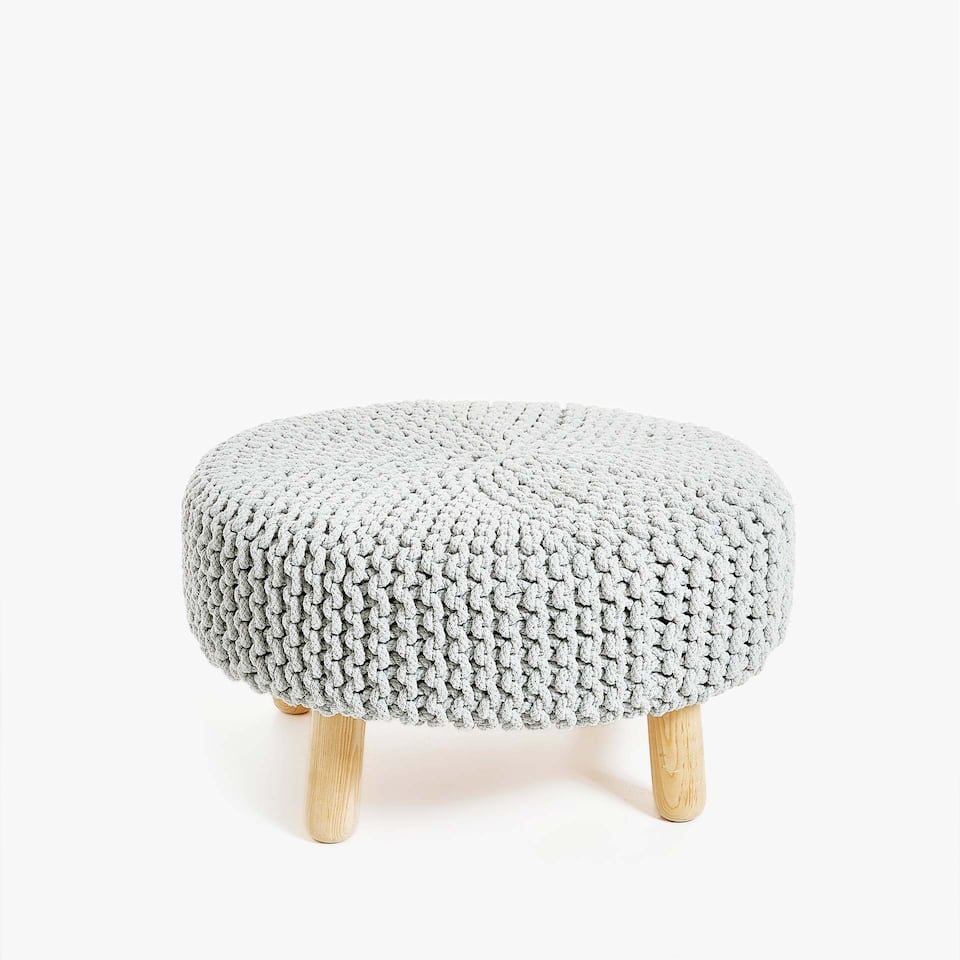 PLAITED POUFFE WITH WOODEN LEGS