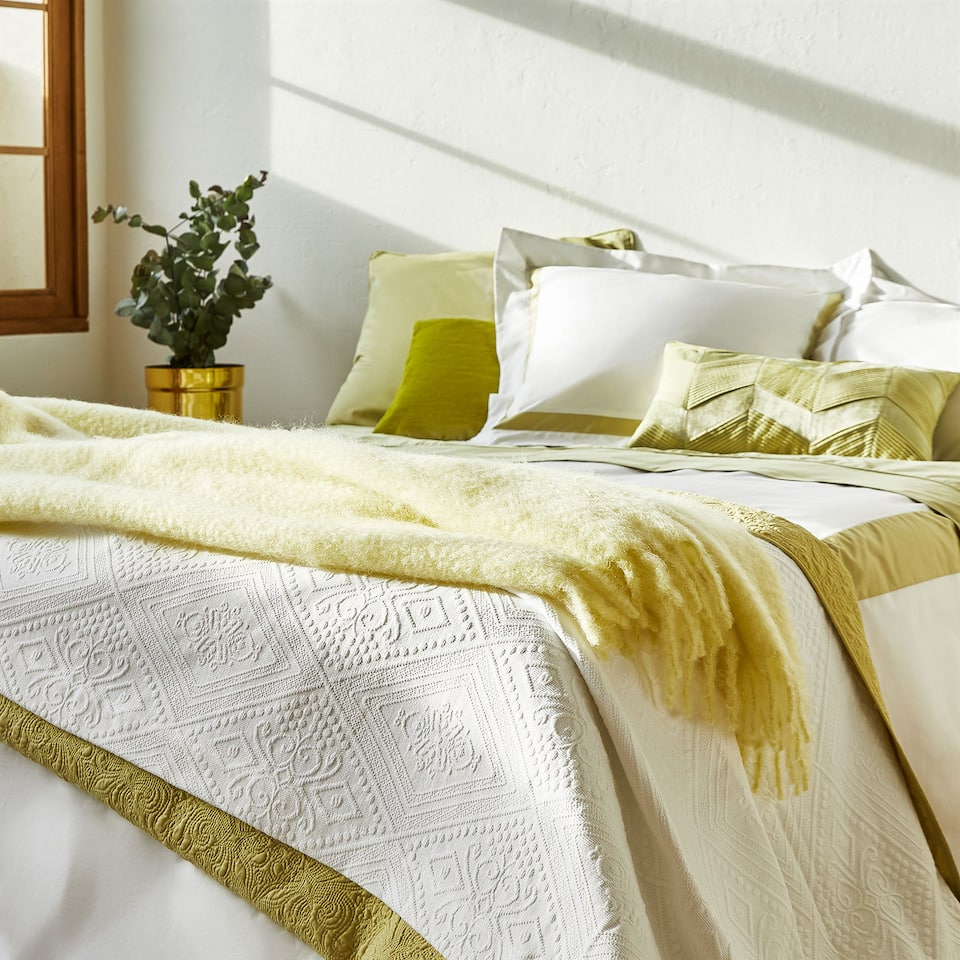 Colchas de cama zara home for Decoracion de camas zara home