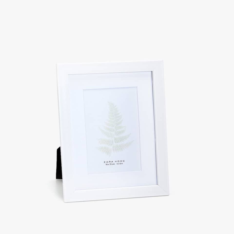 WHITE FRAME WITH PASSE-PARTOUT