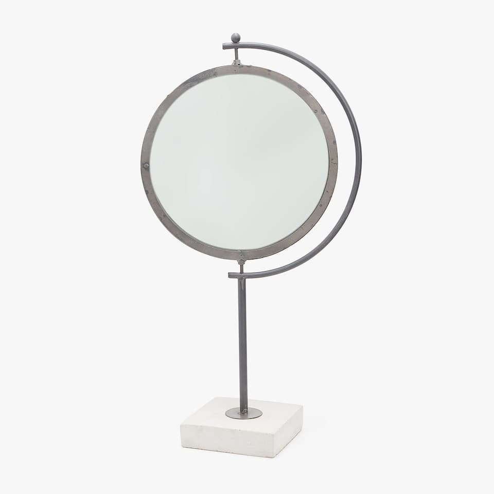 FREESTANDING MIRROR WITH CEMENT BASE