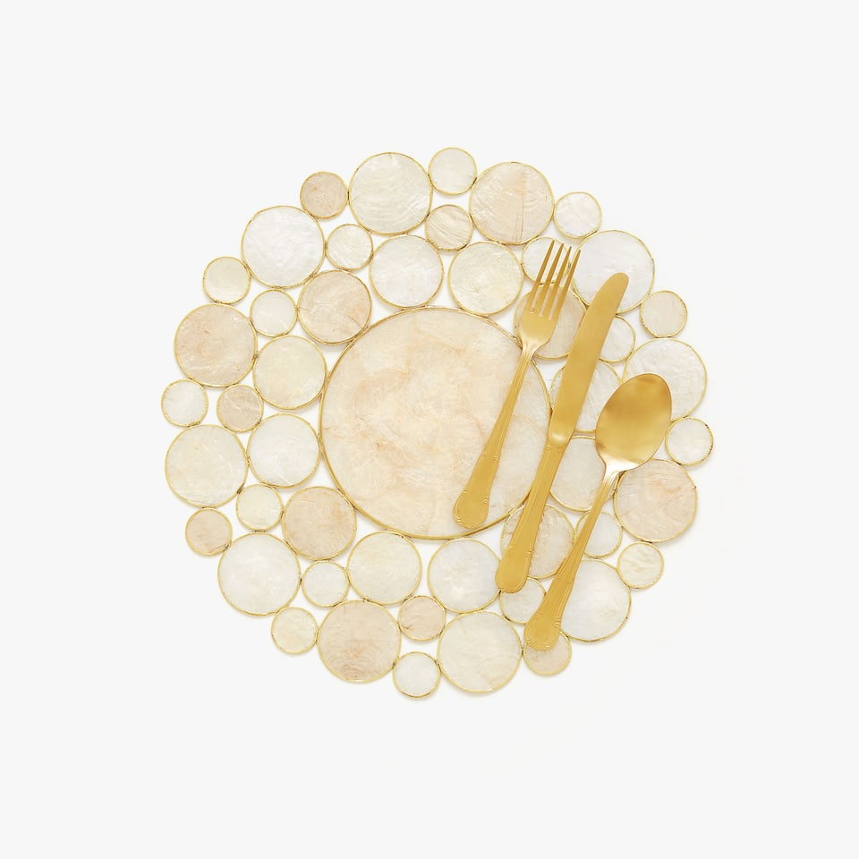 Round placemat with pearly details