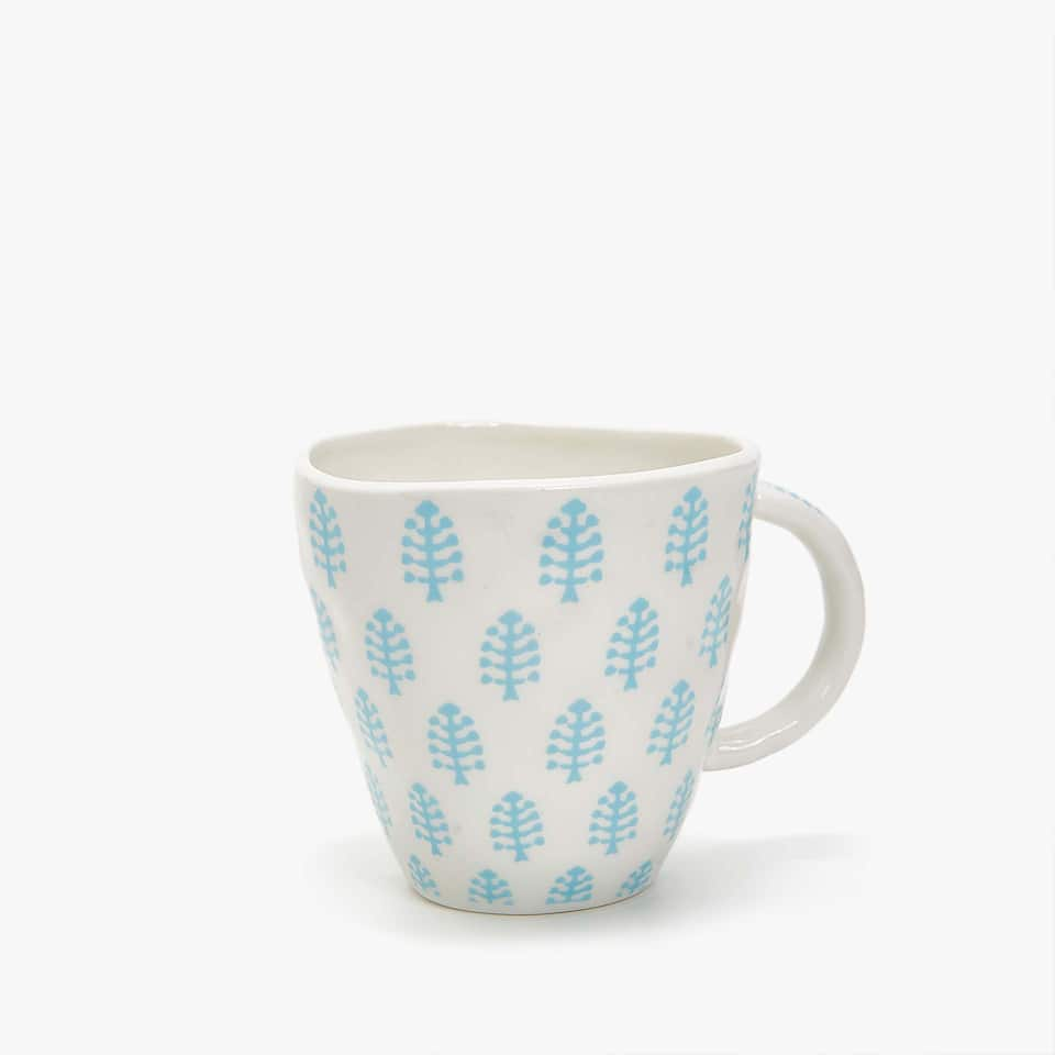 ORGANICALLY-SHAPED PORCELAIN MUG