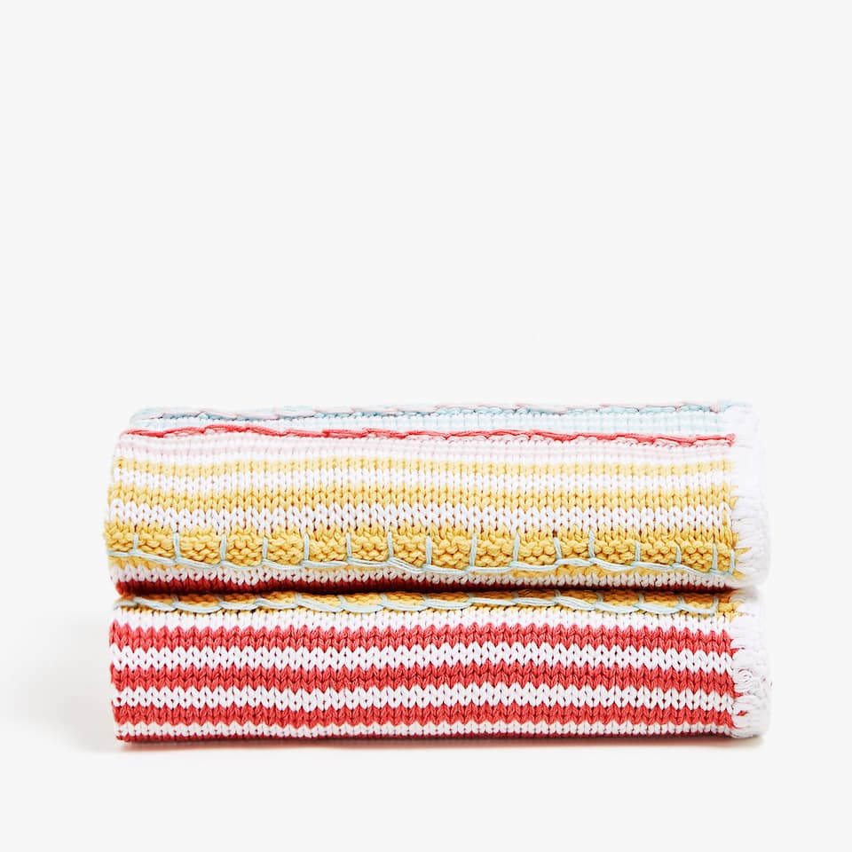 BLANKET WITH THIN MULTICOLOURED STRIPES
