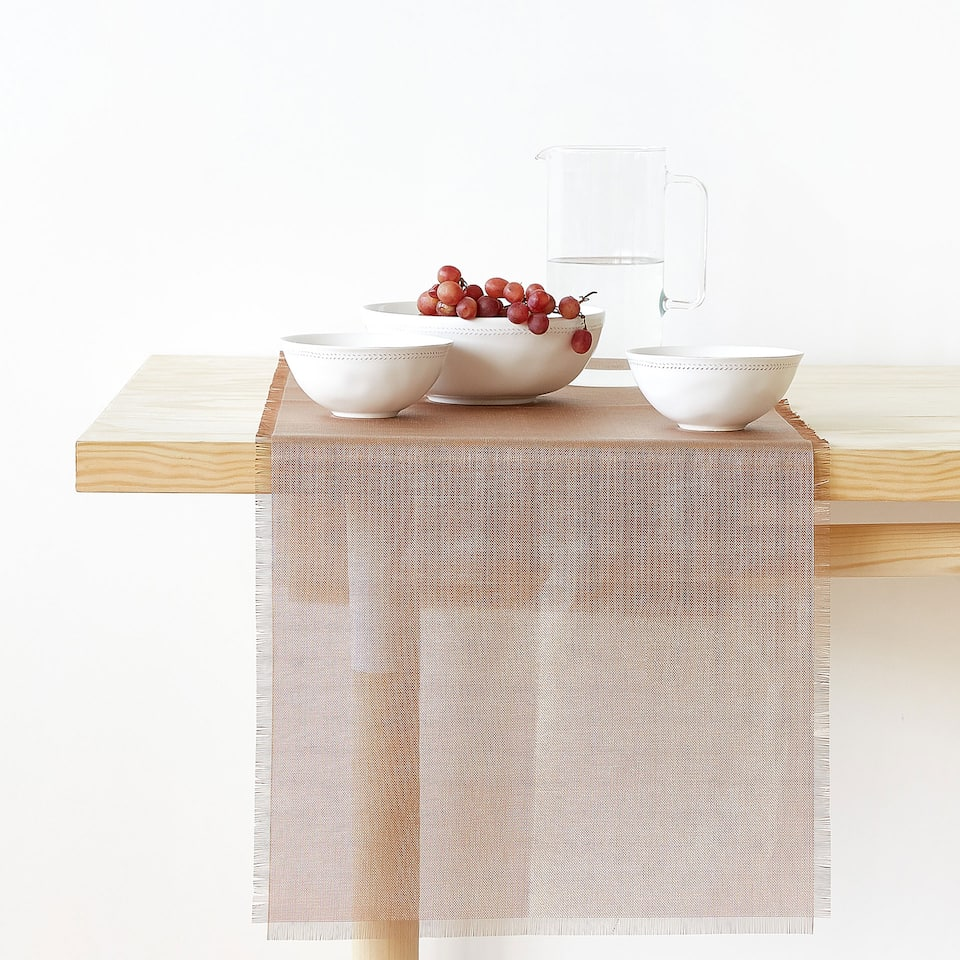 PLASTIC FRAYED TABLE RUNNER