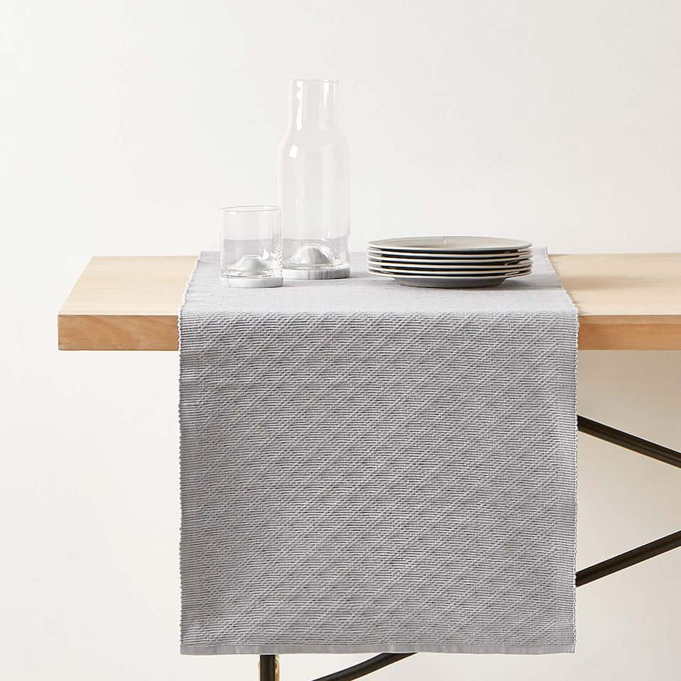 DIAMOND-TEXTURED COTTON TABLE RUNNER
